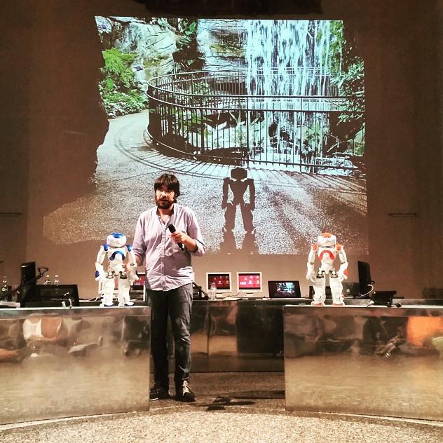 Emanuele Micheli con i due robot Nao